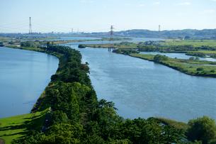 油島千本松締切堤 長良川(左)と揖斐川(右)の写真素材 [FYI03989028]