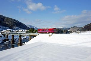 雪の長良川鉄道 の写真素材 [FYI03989169]