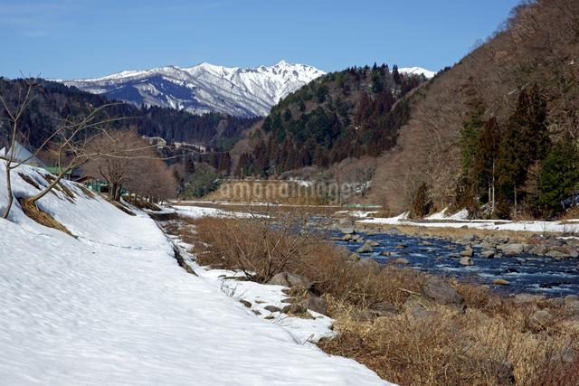 残雪の長良川と大日ヶ岳の写真素材 [FYI03989173]