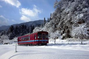 雪の長良川鉄道 北濃駅付近の写真素材 [FYI03989180]