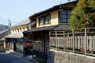 岩村藩鉄砲鍛冶 加納家(左)と町並みの写真素材 [FYI03989182]