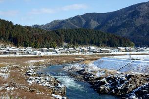 雪の長良川と山並みの写真素材 [FYI03989188]