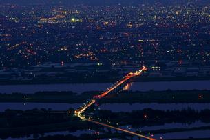 木曽三川と油島大橋と立田大橋 夜景の写真素材 [FYI03989304]