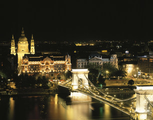 夜のくさり橋とペスト地区の写真素材 [FYI03989542]