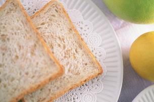 パンと果物の写真素材 [FYI03989603]
