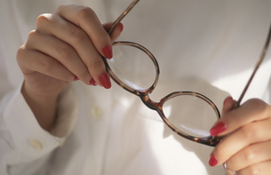 眼鏡を持つ手の写真素材 [FYI03989617]