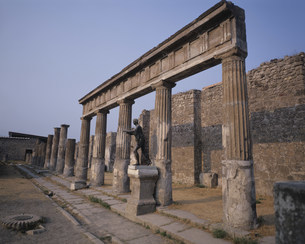 ポンペイ遺跡 アポロ神殿付近の写真素材 [FYI03989674]