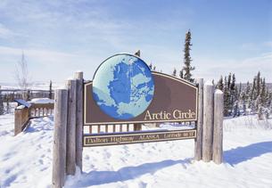 北極圏の看板 ダルトンハイウェイの写真素材 [FYI03989872]