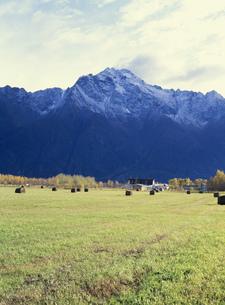 農場とパイオニア山の写真素材 [FYI03989929]
