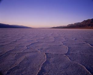 夕暮れのバッドウォーター デスバレー国立公園の写真素材 [FYI03989942]