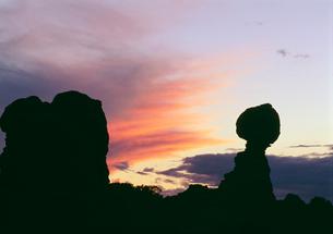 バランスドロックの夕暮れの写真素材 [FYI03990035]