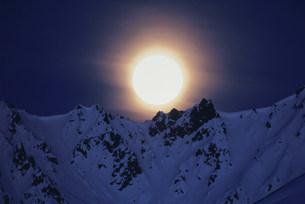 月とアラスカ山脈の写真素材 [FYI03990142]