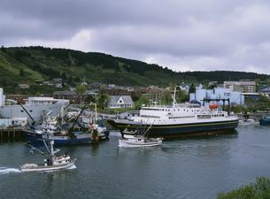コディアック島とフェリー(アラスカマリンハイウェイ)の写真素材 [FYI03990169]