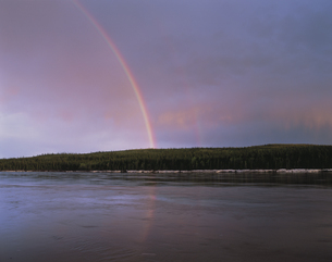 川と虹 ユーコン準州 5月 カナダの写真素材 [FYI03990281]