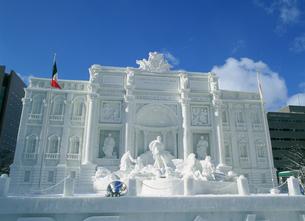 雪祭り大雪像トレビの泉の写真素材 [FYI03990369]