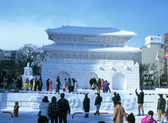 雪祭り大雪像HTB広場昼の写真素材 [FYI03990422]
