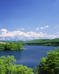 十勝連峰と貯水池の写真素材 [FYI03990538]