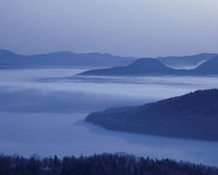 美幌峠より朝の屈斜路湖と硫黄山の写真素材 [FYI03990567]