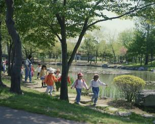 札幌中島公園の遠足の幼稚園児の写真素材 [FYI03990569]