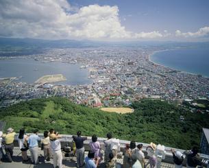 函館市街と観光客 函館山展望台より望むの写真素材 [FYI03990570]