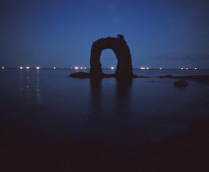 鍋釣岩と漁火の写真素材 [FYI03990572]