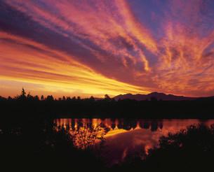 朝焼け雲と貯水池の写真素材 [FYI03990738]