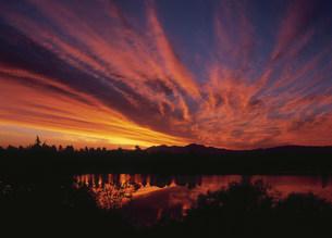 朝焼け雲と貯水池の写真素材 [FYI03990739]