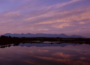 朝焼け雲と貯水池の写真素材 [FYI03990740]