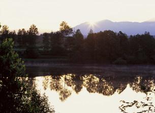 日の出と貯水池の写真素材 [FYI03990742]