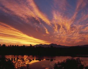 水沢ダム貯水池と朝焼けの雲の写真素材 [FYI03990755]