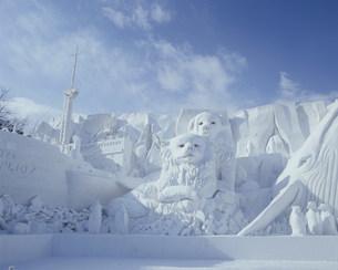 雪祭り大雪像 神秘大陸南極の生き物たちの写真素材 [FYI03990763]