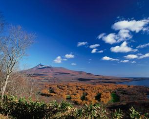 日暮山展望台より望む駒ヶ岳と大沼の写真素材 [FYI03990784]