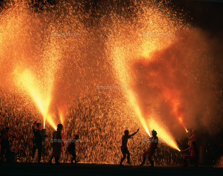諏訪神社奉納煙火手筒花火の写真素材 [FYI03991192]
