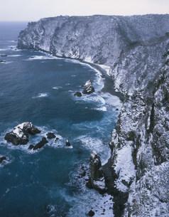 雪の鵜の巣断崖の写真素材 [FYI03991271]