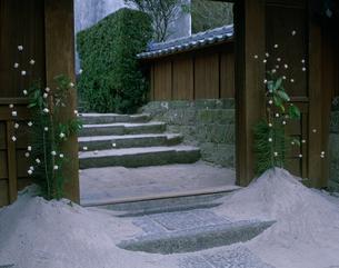 武家屋敷の正月門松飾りの写真素材 [FYI03991500]