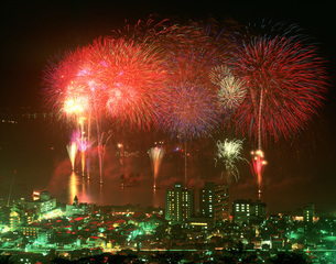 諏訪湖上花火大会の写真素材 [FYI03991556]