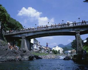 吉田川で遊ぶ子供の写真素材 [FYI03991782]