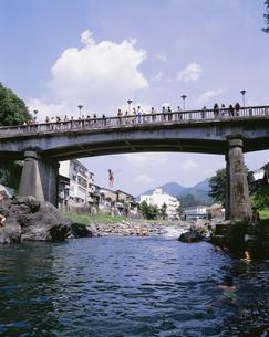 吉田川で遊ぶ子供の写真素材 [FYI03991791]