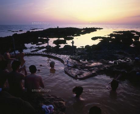 不老ふ死温泉の露天風呂と夕焼けの写真素材 [FYI03991861]