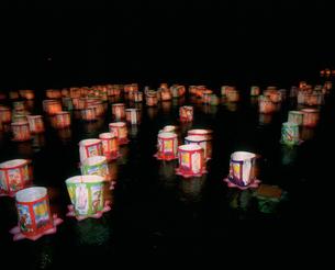 庭月観音灯ろう流しの写真素材 [FYI03991886]