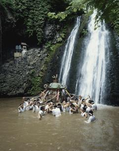 神輿の滝浴び 白瀑神社例大祭の写真素材 [FYI03991887]