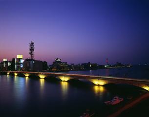 万代橋の夜景の写真素材 [FYI03991931]