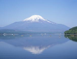 山中湖 つり人と富士山の写真素材 [FYI03991939]