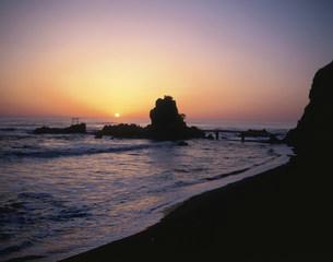 波立海岸の日の出の写真素材 [FYI03991977]