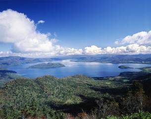 津別峠から望む屈斜路湖の写真素材 [FYI03991997]