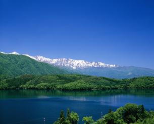 青木湖と北アルプスの写真素材 [FYI03992042]