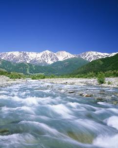 松川の清流と白馬三山の写真素材 [FYI03992043]
