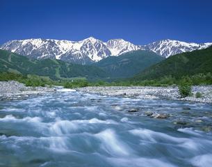 松川の清流と白馬三山の写真素材 [FYI03992044]