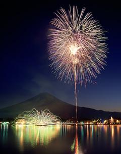河口湖の冬花火と富士山の写真素材 [FYI03992068]