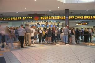 モール内映画館に並ぶ人々の写真素材 [FYI03992738]